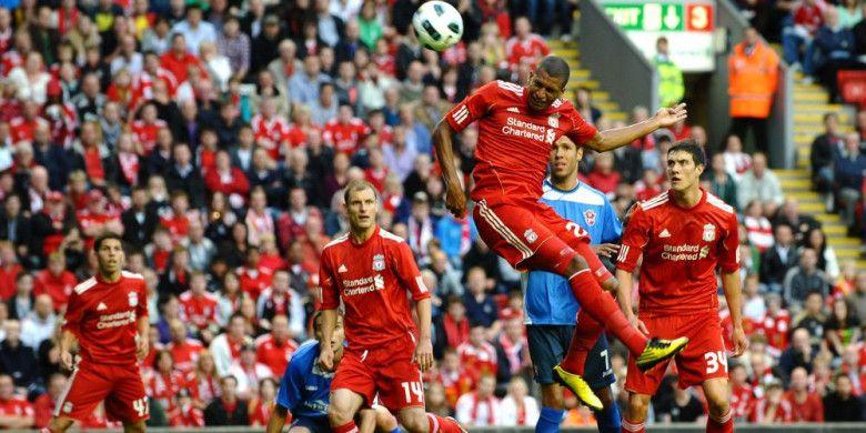 Penyerang Liverpool, David Ngog, mencetak gol kontra Rabotnicki Skopje pada laga Liga Europa di Anfield, Liverpool, pada 5 Agustus 2010.