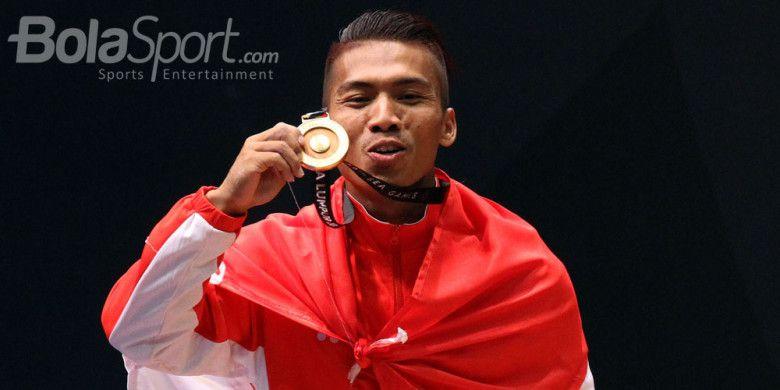 Atlet angkat besi Indonesia, Deni, saat tampil di nomor angkat besi kelas 69 Kg pada SEA Games 2017 di Mitec, Kuala Lumpur, Malaysia, Selasa (29/8/2017).