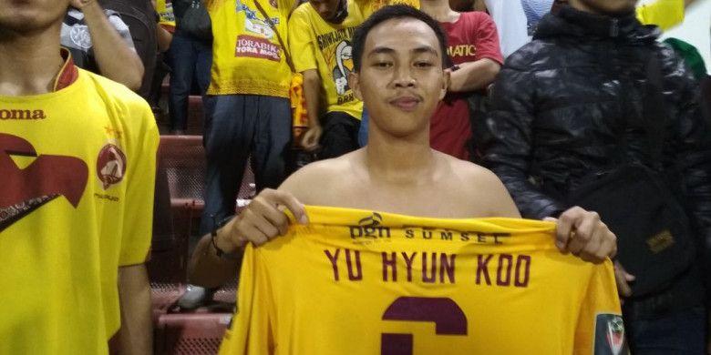 Regal, suporter Sriwijaya FC yang dihadiahi jersey oleh Yoo Hyun-koo selepas laga perempat final Piala Presiden 2018 antara Sriwijaya FC vs Arema FC di Stadion Manahan, Solo, Minggu (4/2/2018).