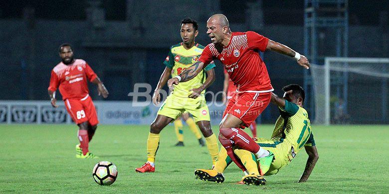 Penyerang Persija Jakarta, Ivan Carlos, ditekel pemain Kedah FA saat kedua tim bentrok dalam laga hari kedua Suramadu Super Cup 2018 di Stadion Gelora Bangkalan, Jawa Timur, Selasa (09/01/2018) malam.