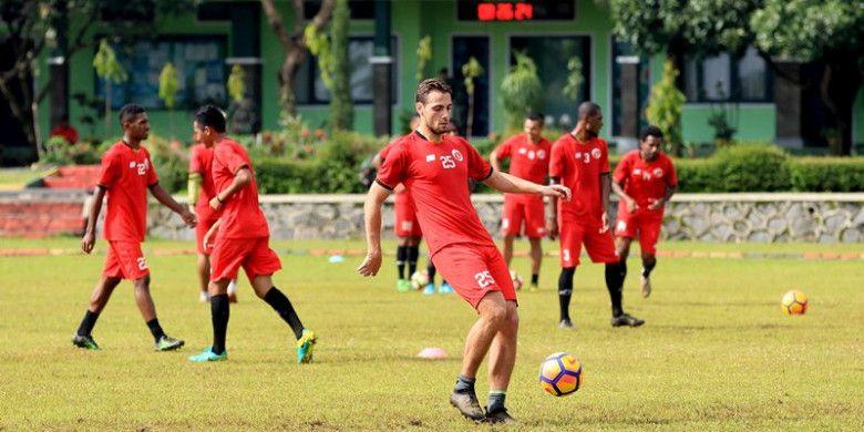 Perseru Serui menyeleksi pemain asal Belanda, Djamel Leeflang.