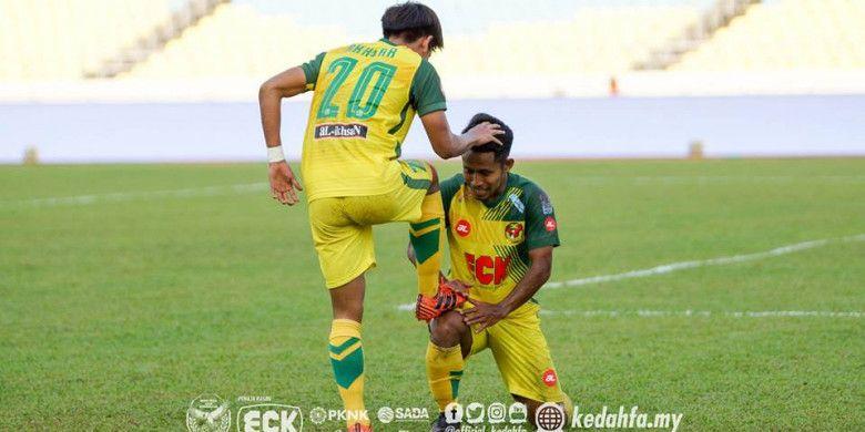 Selebrasi ala menyemir sepatu dilakukan dua pemain Kedah FA, Akhyar Rashid dan Andik Vermansah (kanan), usai membobol gawang PKNP FC pada laga Liga Super Malaysia 2018 di Stadion Negeri Pulau Pinang, Penang pada Minggu (11/2/2018) sore.