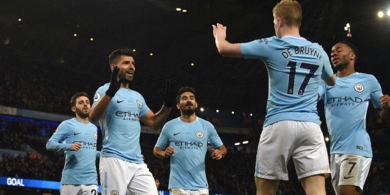 Striker Manchester City, Sergio Aguero, merayakan gol ke gawang Leicester City bersama Kevin de Bruyne dan para pemain lain pada laga Liga Inggris di Stadion Etihad, Manchester, Sabtu (10/2/2018).