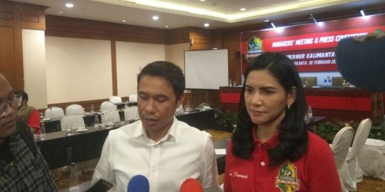 Wakil Ketua Steering Committee (SC) Piala Gubernur Kaltim (PGK) 2018, Yunus Nusi (kiri) dan Ketua Organizing Committee PGK Dayang Donna Faroek, menjawab pertanyaan wartawan, di Hotel Sultan, Jakarta, Senin (12/2/2018).