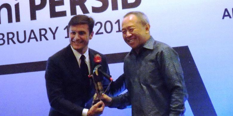 Legenda Inter Milan, Javier Zanetti, berfoto bersama bos Persib Bandung,Glenn T.Sugita, di sela-sela acara Gala Dinner Akademi Persib di Hotel Sheraton,Bandung,Selasa (13/2/2018).