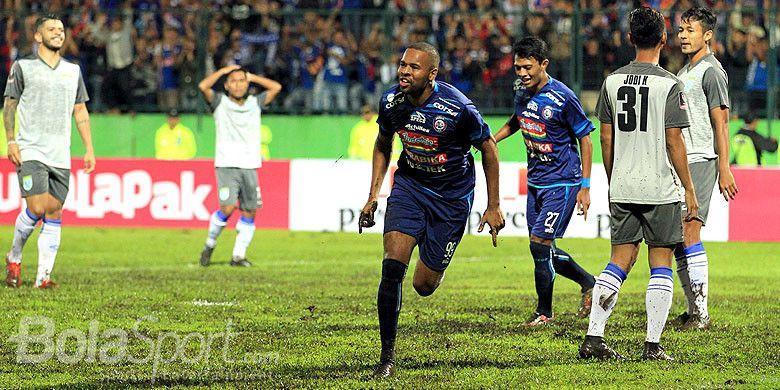 Striker Arema FC, Thiago Furtuoso, melakukan selebrasi seusai mencetak gol ke gawang Persela Lamongan pada laga kedua Piala Presiden 2018 Grup E di Stadion Gajayana Malang, Jawa Timur, Sabtu (20/01/2018) malam.