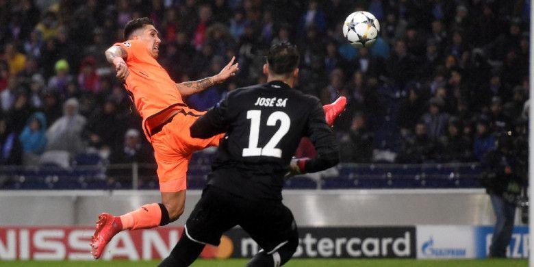 Striker Liverpool FC, Roberto Firmino (kiri), beraksi dalam laga leg pertama babak 16 besar Liga Champions kontra FC Porto di Stadion Do Dragao, Porto, Portugal, pada 14 Februari 2018.
