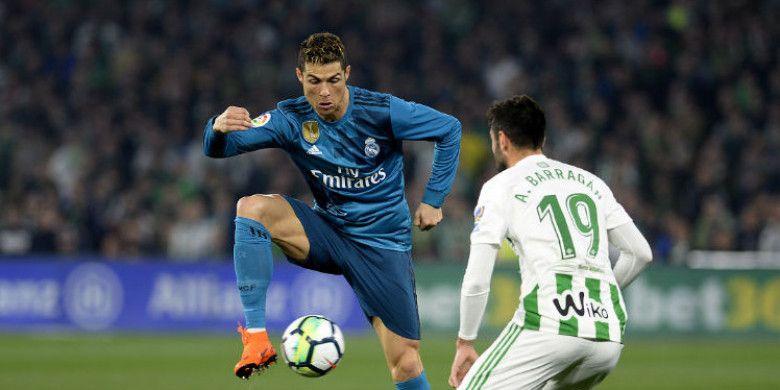 Aksi bintang Real Madrid, Cristiano Ronaldo (kiri), saat memperkuat timnya melawan Real Betis pada pertandingan pekan ke-24 Liga Spanyol di Stadion Benito Villamarin, Spanyol, Minggu (18/2/2018).