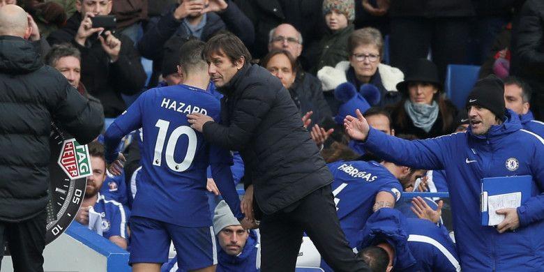 Manajer Chelsea, Antonio Conte (kanan), menepuk punggung Eden Hazard yang ditarik keluar dalam laga Liga Inggris kontra Newcastle United di Stadion Stamford Bridge, London, pada 2 Desember 2017.