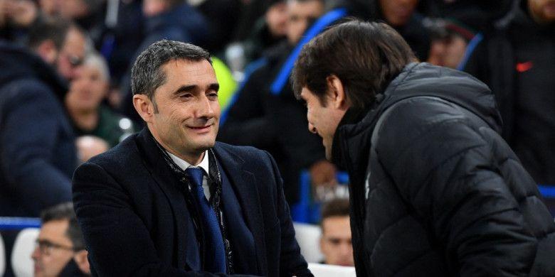 Pelatih FC Barcelona, Ernesto Valverde (kiri), bersalaman dengan Manajer Chelsea, Antonio Conte, dalam laga leg pertama babak 16 besar Liga Champions di Stadion Stamford Bridge, London, Inggris, pada 20 Februari 2018.