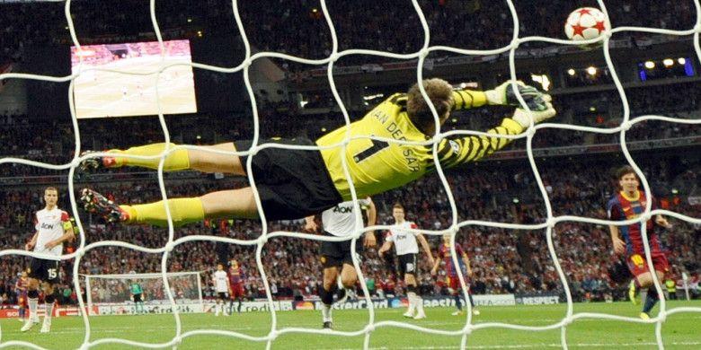 Aksi kiper Manchester United, Edwin van der Sar, saat melakukan salah satu penyelamatan dariserangan FC Barcelona pada laga final Liga Champions 2010-2011 di Stadion Wemblay, London, Inggris, pada 28 Mei 2011.