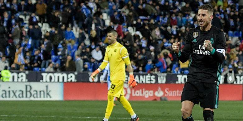 Bek Real Madrid, Sergio Ramos (kanan), merayakan gol yang dia cetak ke gawang Leganes dalam laga Liga Spanyol di Stadion Municipal de Butarque, Leganes, pada 21 Februari 2018.