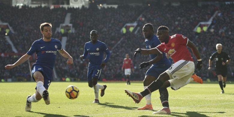 Pemain Manchester United, Paul Pogba, beraksi pada laga Liga Inggris kontra Chelsea di Stadion Old Trafford, Minggu (25/2/2018).