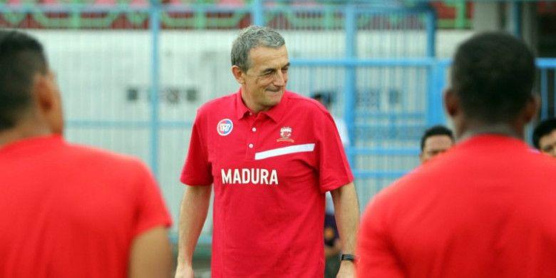 Pelatih Madura United, Milomir Seslija, untuk kali pertama memimpin latihan tim pada Kamis (1/3/2018).