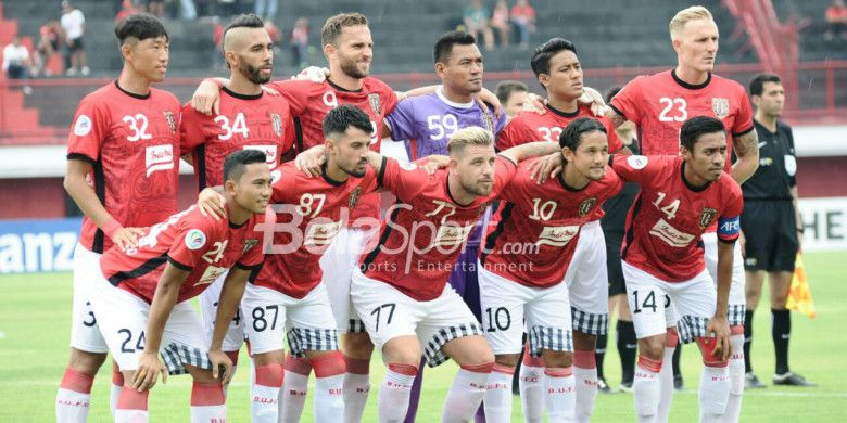 Skuad Bali United berpose sebelum melawan Thanh Hoa FC di Stadion Kapten I Wayan Dipta, Gianyar Bali, Rabu (7/3/2018) sore WIB.