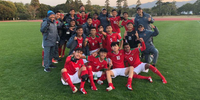 Pemain, pelatih, dan ofisial timnas U-16 Indonesia seusai mengalahkan timnas U-15 Jepang pada semifinal Jenesys 2018 di Kirishima Yamazakura Miyazaki Prectural Comprehensive Sports Park Pitch 1, Jepang, Minggu (11/3/2018).