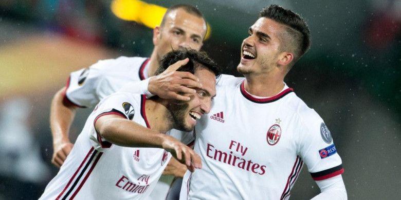 Andre Silva (kanan) dan Hakan Calhanoglu merayakan gol AC Milan ke gawang Austria Wien dalam partai Liga Europa di Vienna, 14 September 2017.