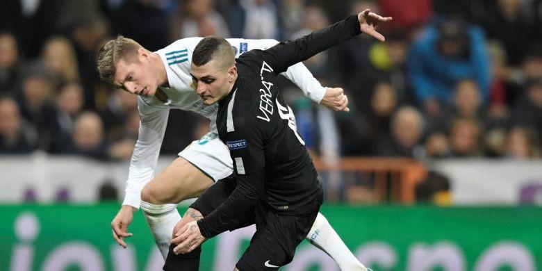 Gelandang Real Madrid, Toni Kroos (kiri), berduel dengan gelandang Paris Saint-Germain, Marco Verratti, dalam laga leg pertama babak 16 besar Liga Champions di Stadion Santiago Bernabeu, Madrid, Spanyol, pada 14 Februari 2018.