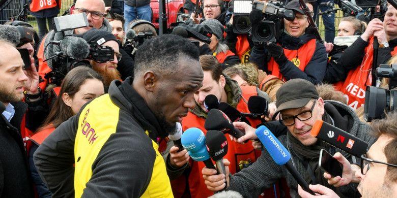 Legenda sprinter, Usain Bolt, berbicara kepada para jurnalis seusai menjalani sesi latihan bersama Borussia Dortmund di Dortmund, Jerman, pada 23 Maret 2018.