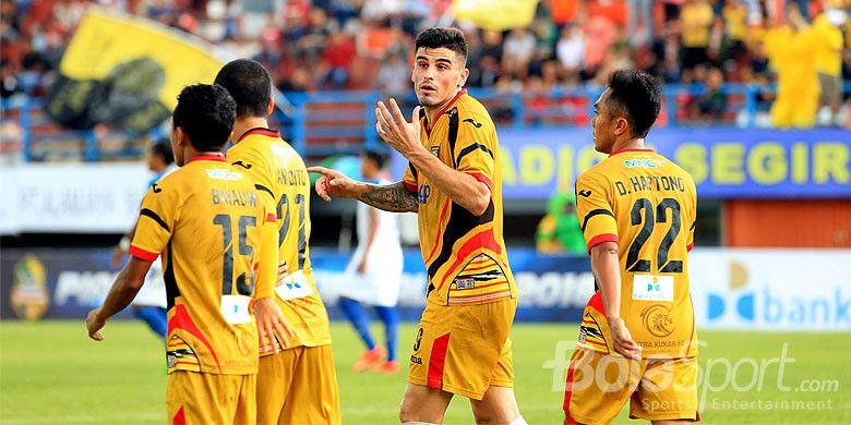 Pemain Mitra Kukar Fernando Rodrigues menyumbang satu gol saat melawan PSIS Semarang dalam laga kedua Grup A Piala Gubernur Kaltim 2018 di Stadion Segiri, Minggu (25/2/2018) sore.