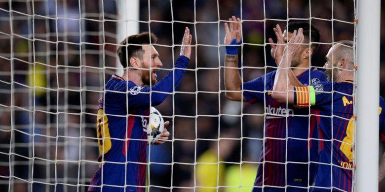 Pemain FC Barcelona, Lionel Messi, Luis Suarez, dan Andres Iniesta, merayakan gol yang dicetak ke gawang AS Roma dalam laga leg pertama perempat final Liga Champions di Stadion Camp Nou, Barcelona, Spanyol pada 4 April 2018.