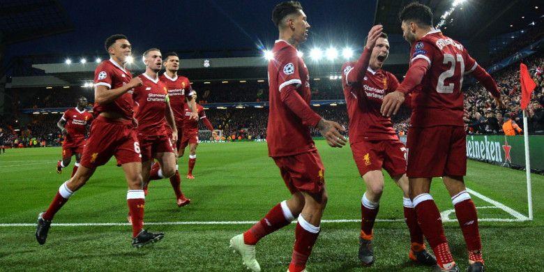 Selebrasi gelandang Liverpool, Alex Oxlade-Chamberlain (kanan), bersama rekan-rekannya seusai berhasil membobol gawang Manchester City dalam pertandingan leg 1 perempat final Liga Champions 2017-2018 di Stadion Anfield, Liverpool, Inggris, pada Rabu (4/4/2018).