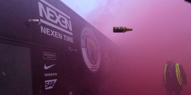 Bus pemain Manchester City dilempari botol sebelum dimulainya laga leg pertama perempat final Liga Champions kontra Liverpool FC di Stadion Anfield, Liverpool, Inggris pada 4 April 2018.