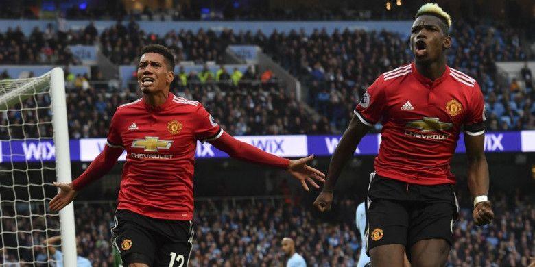 Pemain Manchester United, Chris Smalling (kiri) dan Paul Pogba, merayakan gol ketiga Man United ke gawang Man City pada laga Derbi Manchester di Stadion Etihad, Manchester, pada Sabtu (7/4/2018).