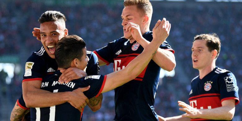 Para pemain bayern Muenchen merayakan gol yang dicetak James Rodriguez pada laga kontra Augsburg di Stadion WWK Arena, Augsburg, pada Sabtu, 7 April 2018.