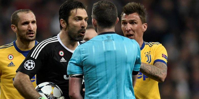 Kiper Juventus, Gianluigi Buffon, memprotes wasit Michael Oliver dalam laga Liga Champions kontra Real Madrid di Santiago Bernabeu, Rabu (11/4/2018).
