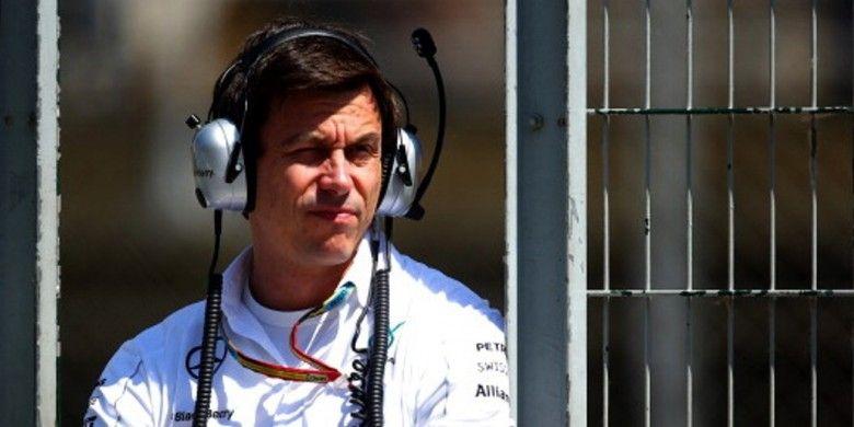 Direktur Eksekutif Mercedes, Toto Wolff, mendampingi timnya dalam latihan bebas GP Spanyol yang berlangsung di Sirkuit Catalunya pada 9 Mei 2014.