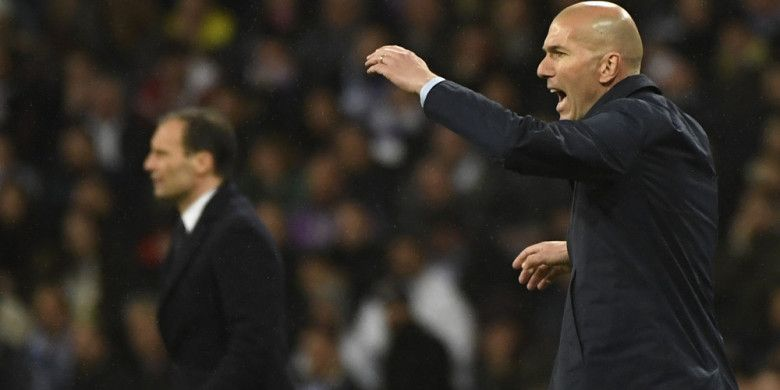 Ekspresi pelatih Real Madrid, Zinedine Zidane (kanan), saat memberikan arahan kepada para pemainnya dalam laga leg 2 perempat final Liga Champions 2017-2018 menghadapi Juventus di Stadion Santiago Bernabeu, Madrid, Spanyol, pada Rabu (11/4/2018).