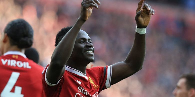 Penyerang Liverpool, Sadio Mane, melakukan selebrasi seusai menjebol gawang Bournemouth dalam partai Liga Inggris di Anfield, Sabtu (14/4/2018)