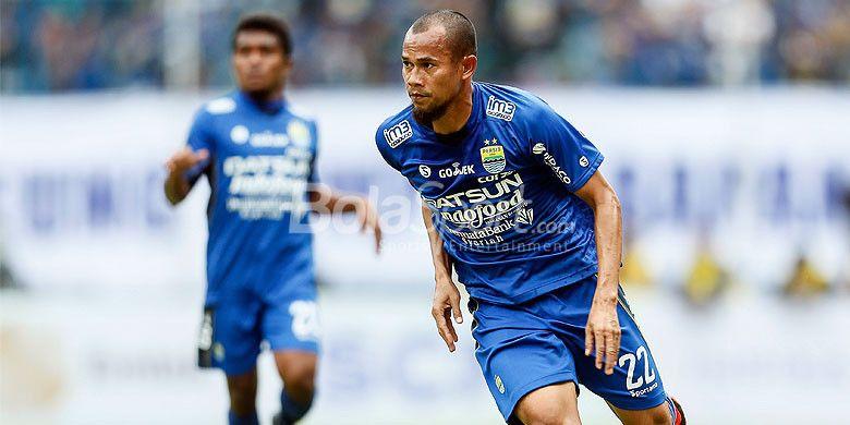 Aksi bek Persib Bandung, Supardi Nasir, saat tampil melawan Sriwijaya FC pada partai pembukaan Piala Presiden 2018 di Stadion Gelora Bandung Lautan Api, Kab. Bandung, Selasa (16/1/2018).