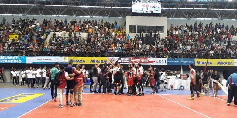 Ekspresi kemenangan tim bola voli putra Surabaya Bhayangkara Samator setelah menang atas Palembang Bank SumselBabel 3-0 pada final Proliga 2018 yang berlangsung di GOR Among Rogo, Yogyakarta, Minggu (15/4/2018).
