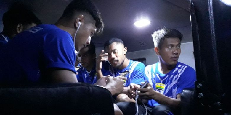 Para pemain Persib Bandung dikawal keluar dari Stadion Kanjuruhan dengan menggunakan rantis, Minggu (15/4/2018).