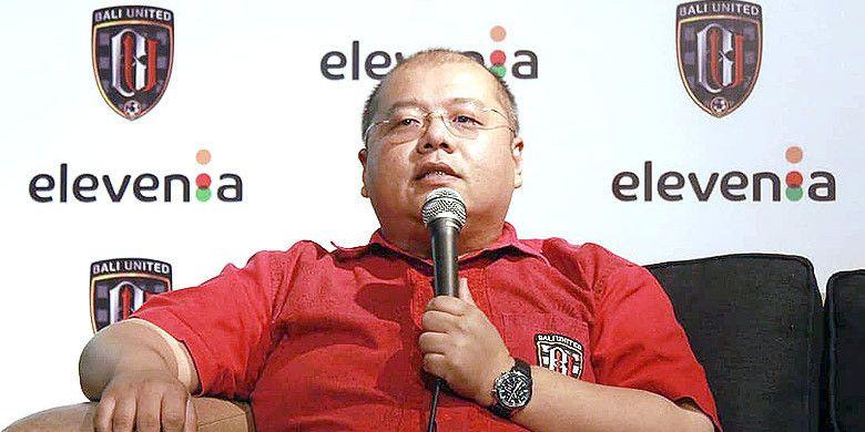 CEO Bali United, Yabes Tanuri, berbicara kepada media pada acara jumpa pers perkenalan Elevania sebagai rekanan Bali United untuk musim Liga 1 2018, Jumat (23/4/2018).