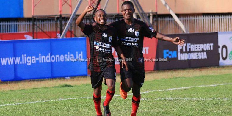 Pemain Persipura Jayapura, Gunansar Papua Mandowen (kiri) merayakan golnya ke gawang PS Tira pada lanjutan Liga 1 2018 di Stadion Mandala, Jayapura.