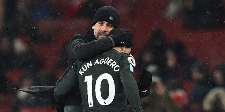 Pelatih Manchester City, Josep Guardiola, memeluk Sergio Aguero yang ditarik keluar dalam laga Liga Inggris kontra Arsenal di Stadion Emirates, London pada 1 Maret 2018.