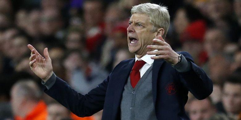Ekspresi pelatih Arsenal, Arsene Wenger, pada laga leg pertama semifinal Liga Europa melawan Atletico Madrid di Stadion Emirates, Kamis (26/4/2018) waktu setempat atau Jumat dini hari WIB.