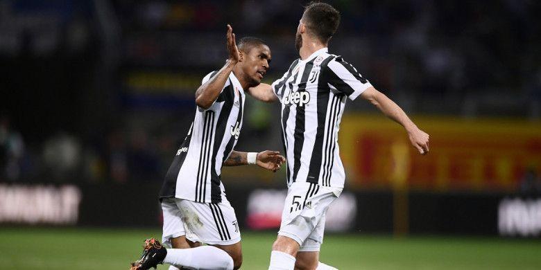 Pemain sayap Juventus, Douglas Costa, melakukan selebrasi setelah mencetak gol ke gawang Inter Milan pada pertandingan lanjutan Liga Italia di Stadion Giuseppe Meazza, Sabtu (28/4/2018) waktu setempat.