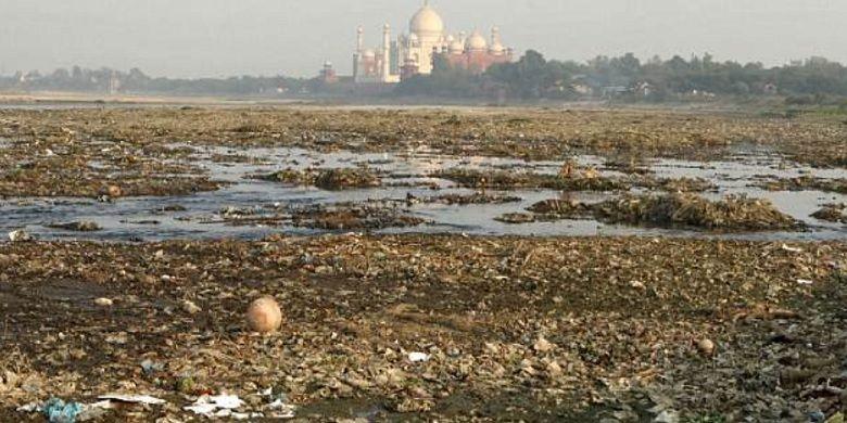 Sungai di dekat Taj Mahal dipenuhi limbah dan mengundang serangga yang meninggalkan noda di Taj Mahal.