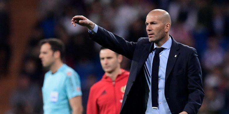Ekspresi pelatih Real Madrid, Zinedine Zidane, dalam laga Liga Spanyol kontra Athletic Bilbao di Stadion Santiago Bernabeu, Madrid pada 18 April 2018.