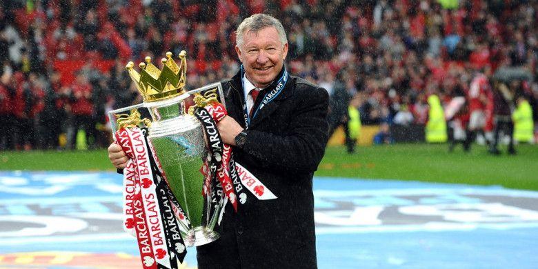 Ekspresi manajer Manchester United, Sir Alex Ferguson, saat mengangkat trofi Liga Inggris musim 2012-2013 seusai laga menghadapi Swansea City di Stadion Old Trafford, Manchester, Inggris, pada 12 Mei 2013.