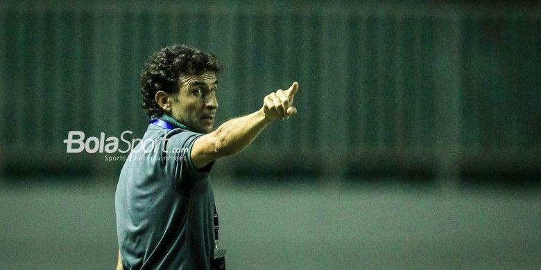 Pelatih timnas U-23 Indonesia, Luis Milla, memberikan instruksi pada laga PSSI Anniversary Cup 2018 kontra timnas u-23 Korea Utara di Stadion Pakansari, Bogor, pada 30 April 2018.