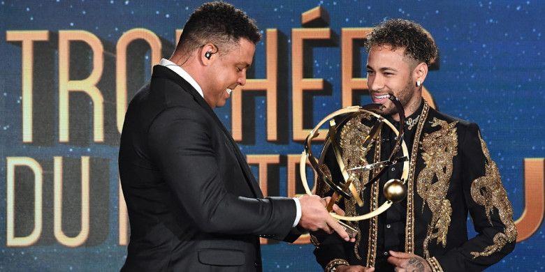 Penyerang Paris Saint-Germain, Neymar (kanan), tersenyum saat menerima penghargaan sebagai Pemain Terbaik Liga Prancis 2017-2018 dari UNFP yang diberikan oleh seniornya, Ronaldo Luis da Lima, di Prancis pada Minggu (13/5/2018).
