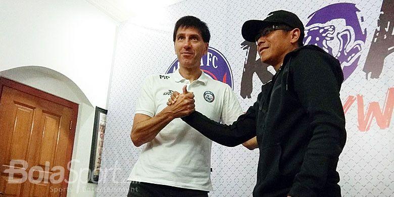 Joko Susilo (kanan) berjabat tangan dengan Milan Petrovic (kiri) setelah resmi melepaskan jabatan sebagai pelatih kepala dalam sesi konferensi pers di kantor Arema FC, Malang, pada (14/5/2018).