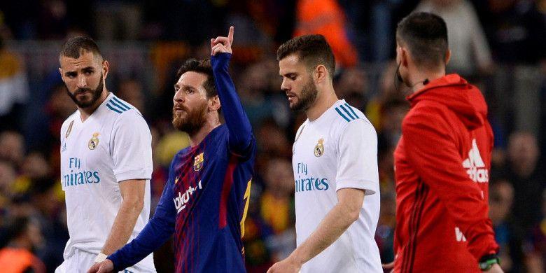 Ekspresi megabintang FC Barcelona, Lionel Messi (kedua dari kiri), saat meninggalkan lapangan seusai laga Liga Spanyol kontra Real Madrid di Stadion Camp Nou, Barcelona pada 6 Mei 2018.