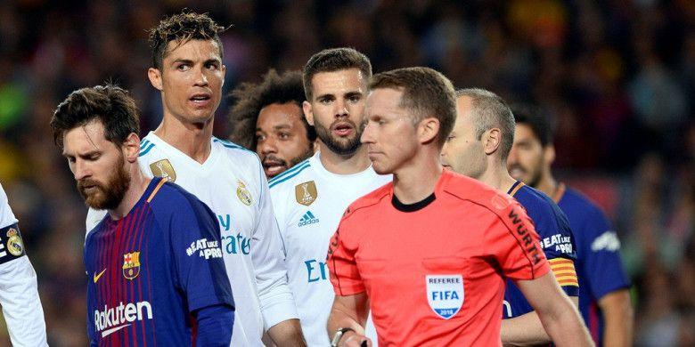 Wasit Alejandro Hernandez melewati megabintang Real Madrid, Cristiano Ronaldo (kedua dari kiri), dan megabintang FC Barcelona, Lionel Messi (kiri), dalam laga Liga Spanyol di Stadion Camp Nou, Barcelona pada 6 Mei 2018.