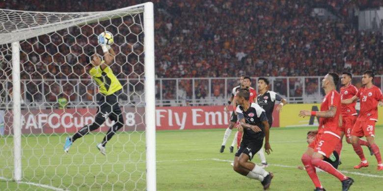 Kiper Persija Jakarta, Rizky Darmawan, saat melawan Home United